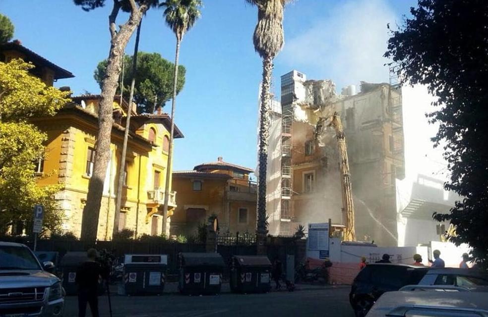 demolizione della palazzino di Via Ticino - foto Nathalie Naim