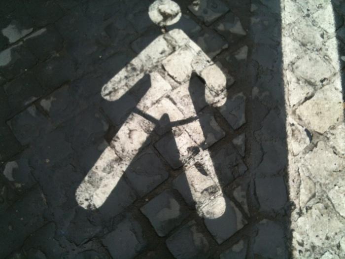 pedone su strada stilizzato