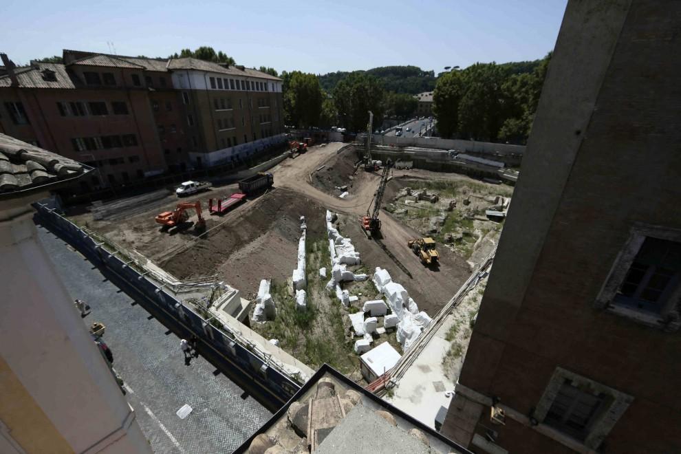 scavi per il parcheggio in  VIA GIULIA  visti da vicolo del Malpasso verso il Virgilio e ponte Mazzini