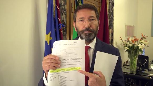 dal video:  Marino mostra documenti permesso spariti dal sistema informatico del Comune