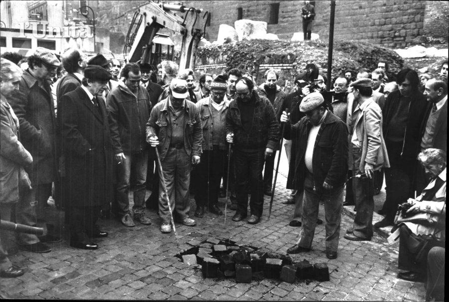 Il Sindaco Petroselli assiste alla rimozione della Via del Foro Romano   (foto dellarchivio dell'Unità)