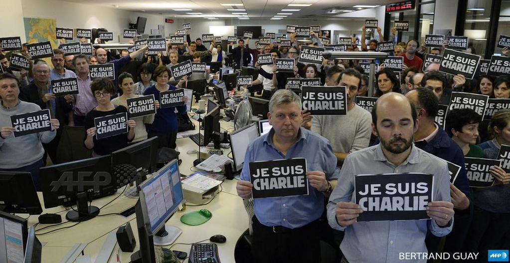 La foto della redazione di @AFP a sostegno di Charlie Hebdo