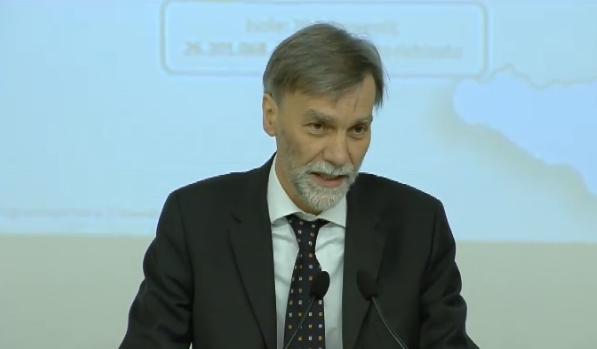 Delrio alla conferenza stampa del 10 aprile 2015 (dal video sul sito del Governo)