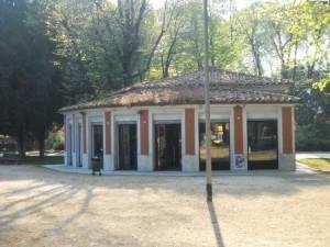 Il chiosco bar del parco prima della chiusura per lavori. Foto AMBM