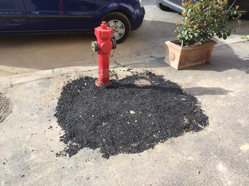 Via Guido Reni (Flaminio): così è stato lasciato il amrciapiede la settiamna scorsa dopo l'installazione dell'idrante