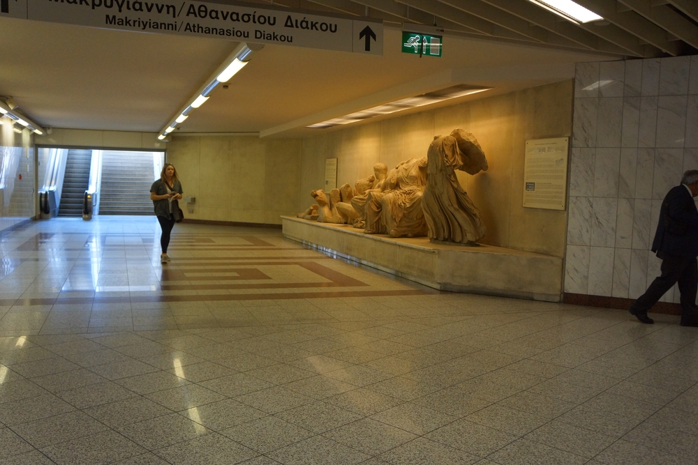 Il fregio del timpano del Partenone nella stazione Sintagma