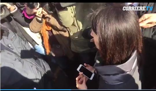 fermo immagine dal video del Corriere della Sera http://roma.corriere.it/notizie/cronaca/17_febbraio_21/tassisti-ambulanti-montecitorio-noi-qui-non-ce-ne-andiamo-a2507b86-f816-11e6-b362-d2e82fbd3a4a.shtml