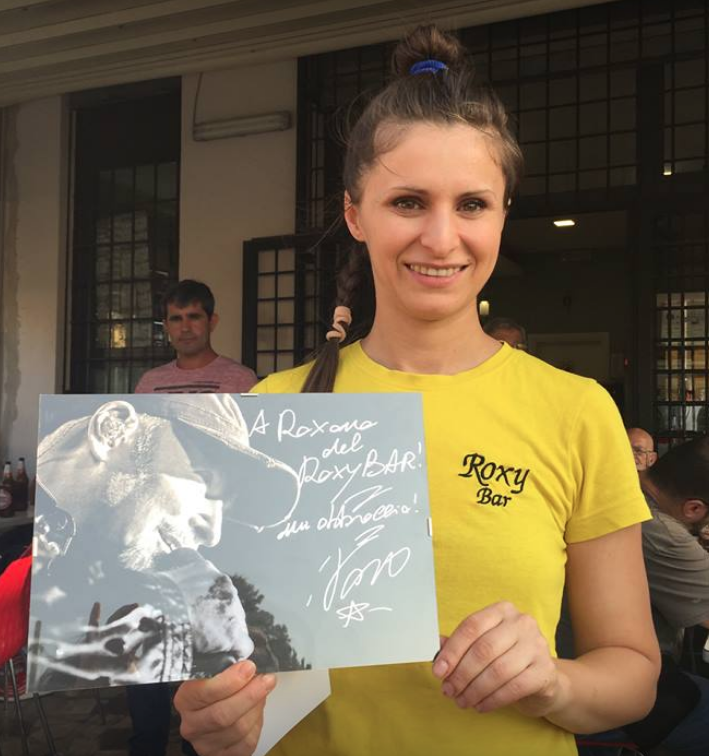 Roxana del Roxy bar con al foto con dedica di Vasco Rossi