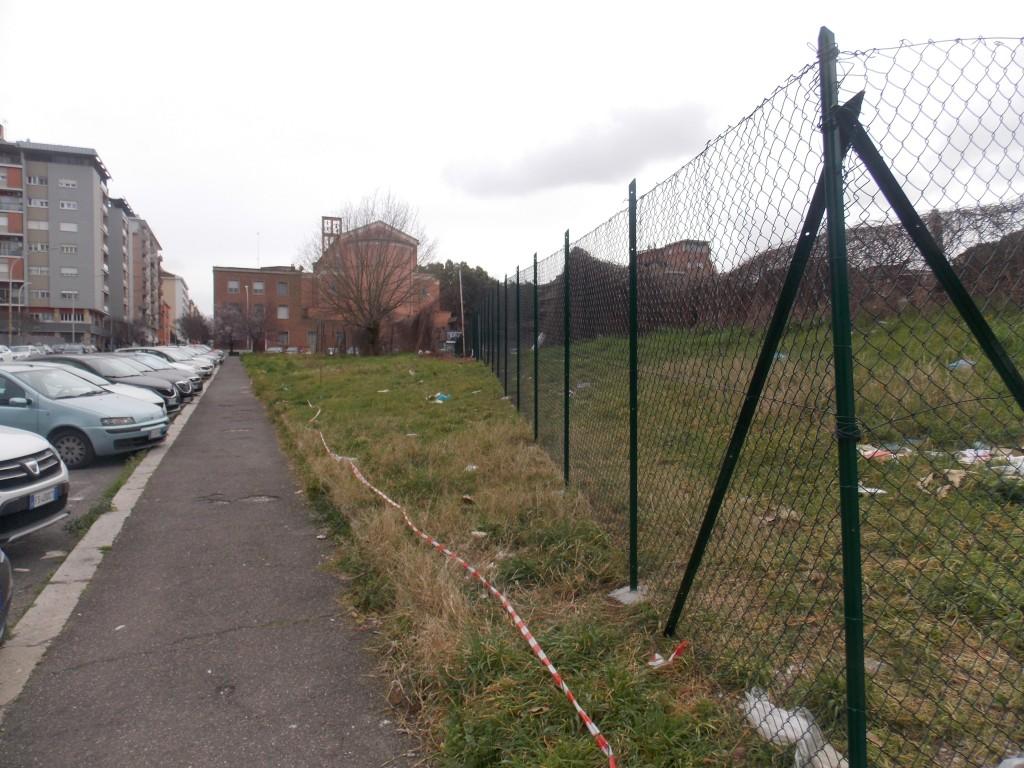 · 7 – Via Vedana la recinzione arretrata sullarea privata di uso pubblico