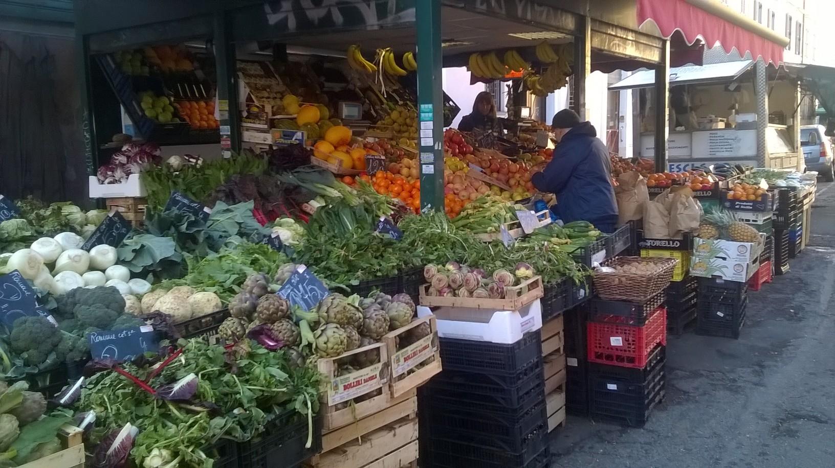 Banchi fuori mercato in via Santi Quattro(Foto P.Gelsomini)